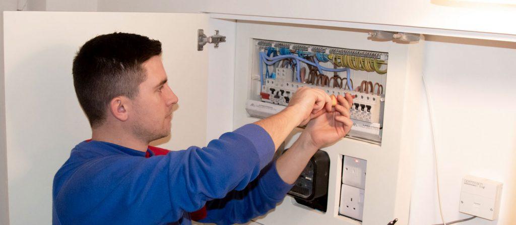Electrician Bucuresti autorizat ANRE pentru reparatii, inlocuire, montaj tablouri electrice de apartament, scara, blocapartament